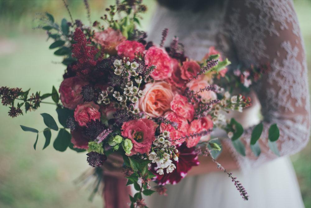 un beau bouquet de mariage avec des roses naturelles